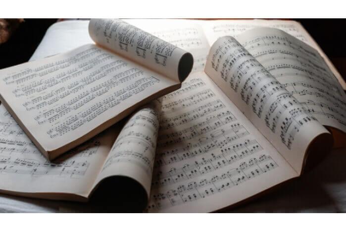積み重なった楽譜の画像