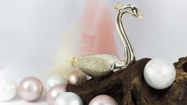 真珠と金の白鳥のオブジェの画像